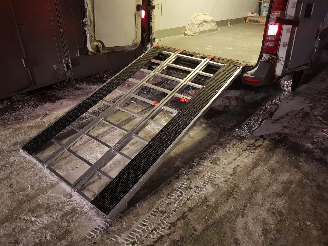 Cходни алюминиевые для заезда снегохода.